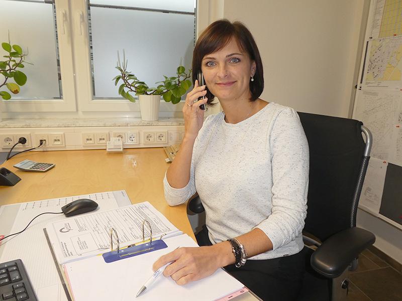 Frau mit braunen Haaren am Schreibtisch